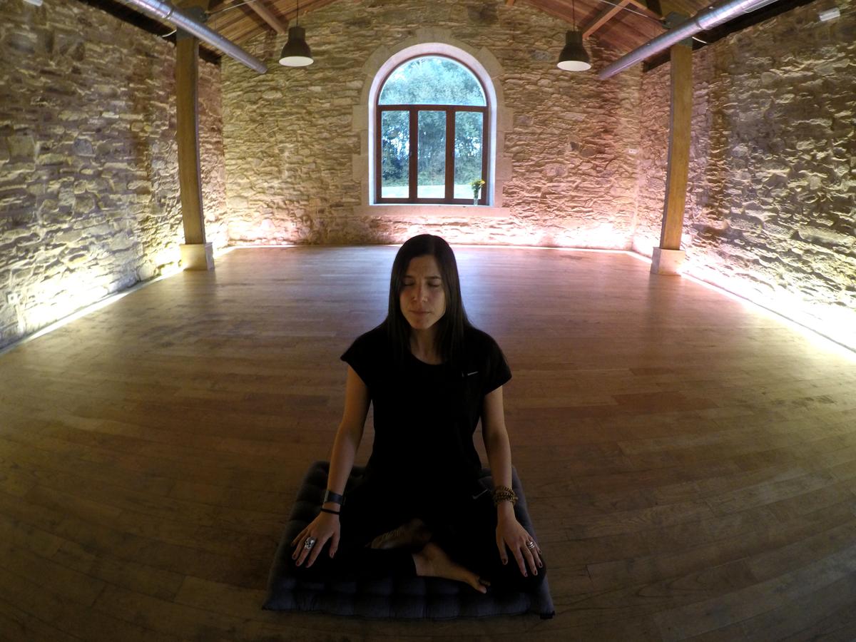 instructora de mindfulness practicando atención plena